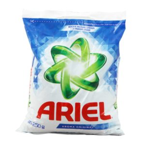 Caja con 36 bolsas de detergente en polvo marca Ariel con 250 gr